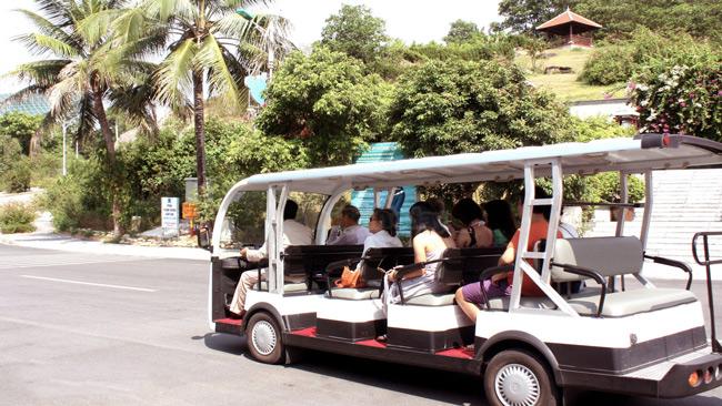 Di chuyển bằng xe đưa đón của Resort